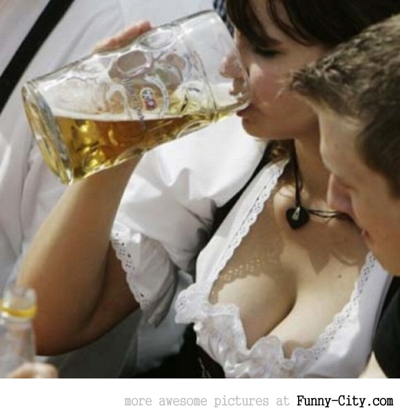 Hayden Panettiere, Kim Kardashian and the other Oktoberfest girls of 2011 [2029]